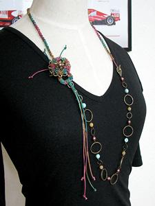 マルチカラーのブローチつきネックレス