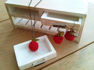 あみぐるみ・りんごのネックレスとピアス alphadorn
